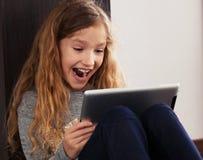 Niño que juega en la tableta Fotografía de archivo