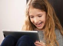Niño que juega en la tableta Imagen de archivo libre de regalías