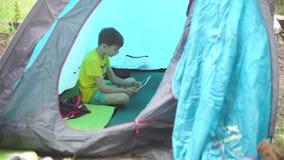Niño que juega en la tableta almacen de metraje de vídeo