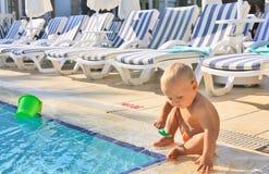 Niño que juega en piscina en hotel Foto de archivo libre de regalías