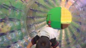 Niño que juega en un rodillo de la bola del globo metrajes