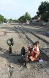 Niño que juega en vías del tren en la estación Sangkrah Java Indonesia central a solas Fotografía de archivo