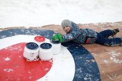 Niño que juega encresparse con las calderas viejas imágenes de archivo libres de regalías
