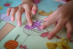 Niño que juega etiquetas engomadas: pájaro Imagen de archivo