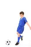Niño que juega a fútbol Imágenes de archivo libres de regalías