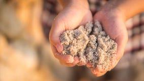 Niño que juega la arena en la playa Foto de archivo libre de regalías