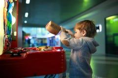 Niño que juega la atracción de los juegos Fotografía de archivo libre de regalías
