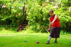 Niño que juega la bola de Bocce Imagen de archivo libre de regalías