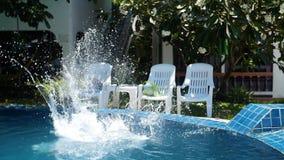 Niño que juega la bola en la piscina Deportes al aire libre El salto en la piscina con salpica almacen de metraje de vídeo