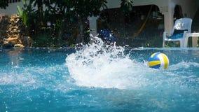 Niño que juega la bola en la piscina Deportes al aire libre El salto en la piscina con salpica almacen de video