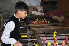 Niño que juega la tabla Foosball Fotografía de archivo libre de regalías