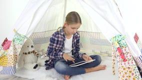 Niño que juega la tableta en el patio, niño en tienda, muchacha en sala de juegos usando el dispositivo almacen de video