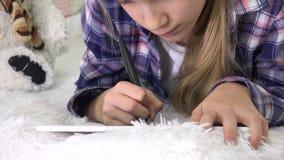 Niño que juega la tableta en la muchacha de la sala de juegos que escribe la preparación para el patio del niño de la escuela almacen de metraje de vídeo