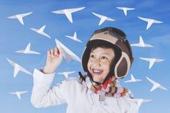 Niño que juega los aviones de papel Fotos de archivo