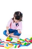 Niño que juega los bloques de madera del juguete, aislados en el fondo blanco imagen de archivo