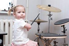 Niño que juega los tambores fotografía de archivo