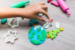 Niño que juega para el diseño de la Navidad Fotos de archivo
