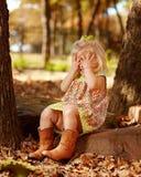 Niño que juega peekaboo afuera en roca Fotografía de archivo