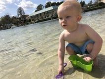 Niño que juega por el agua fotos de archivo libres de regalías