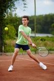 Niño que juega a tenis imagen de archivo