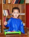 Niño que juega zylophone Foto de archivo libre de regalías