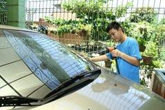 Niño que lava un coche Imagen de archivo libre de regalías