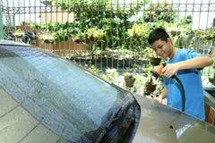 Niño que lava un coche Imagen de archivo