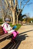 Niño que lee el libro al aire libre en el parque Imagen de archivo