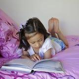 Niño que lee un libro. Fotografía de archivo libre de regalías