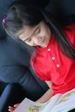 Niño que lee un libro Foto de archivo libre de regalías