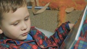 Niño que lee un libro Bebé en pijamas almacen de video
