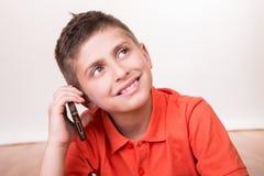 Niño que llama con smartphone Imagen de archivo libre de regalías