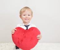 Niño que lleva a cabo el corazón Imágenes de archivo libres de regalías