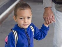 Niño que lleva a cabo la mano del padre Imágenes de archivo libres de regalías
