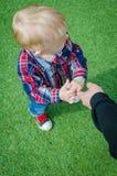 Niño que lleva a cabo la mano del padre Fotografía de archivo libre de regalías