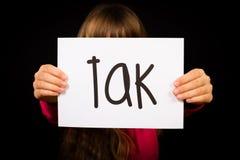 Niño que lleva a cabo la muestra con la palabra danesa Tak - gracias Imágenes de archivo libres de regalías