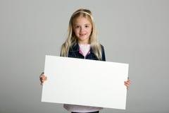 Niño que lleva a cabo la muestra en blanco Fotografía de archivo libre de regalías