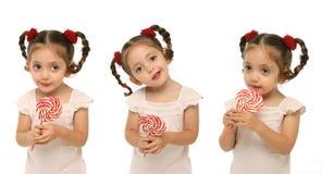 Niño que lleva a cabo un ingenio del lollipop Imágenes de archivo libres de regalías