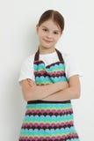 Niño que lleva el delantal colorido foto de archivo libre de regalías
