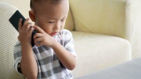 Niño que marca el teléfono móvil almacen de video