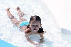 Niño que miente en agua Imagen de archivo libre de regalías