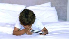 Niño que miente en cama almacen de video