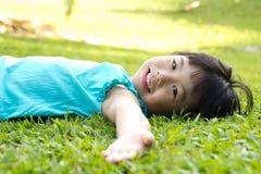 Niño que miente en hierba Imágenes de archivo libres de regalías