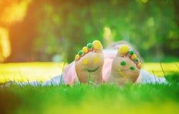 Niño que miente en hierba verde Niño que se divierte al aire libre en parque de la primavera Fotos de archivo libres de regalías