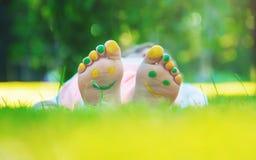 Niño que miente en hierba verde Niño que se divierte al aire libre en parque de la primavera Foto de archivo libre de regalías