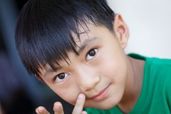 Niño que mira atento el detalle del primer Imagen de archivo libre de regalías
