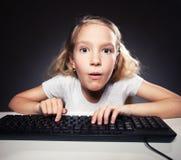 Niño que mira el ordenador Fotografía de archivo libre de regalías