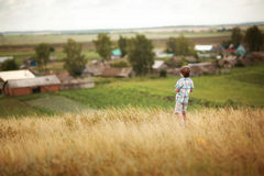 Niño que mira el pueblo Fotografía de archivo libre de regalías