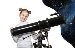 Niño que mira en la estrella del telescopio que mira a la niña Imagen de archivo libre de regalías