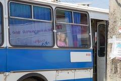 Niño que mira fuera de ventana del autobús imagen de archivo libre de regalías